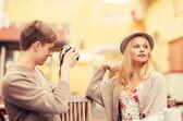 пара принимая фото фотография в кафе — Стоковое фото