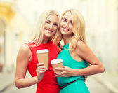 Women with takeaway coffee cups in the city — Stockfoto