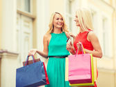 Beautiful women with shopping bags in the ctiy — Φωτογραφία Αρχείου