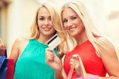 Piękne kobiety z torby na zakupy w ctiy — Zdjęcie stockowe