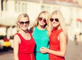 три красивые женщины в городе — Стоковое фото