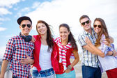 группа улыбающихся подростков висит — Стоковое фото