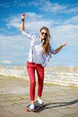 Sorridente skate di equitazione ragazza adolescente fuori — Foto Stock