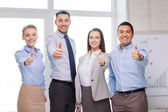 бизнес-команда показывает палец вверх в офисе — Стоковое фото