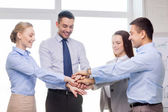 Equipe de negócios, comemorando a vitória no escritório — Foto Stock