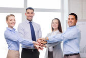 бизнес-команда празднует победу в офисе — Стоковое фото