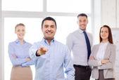 бизнесмен в офис указательным пальцем на вас — Стоковое фото