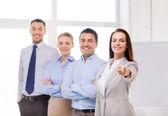 Empresária no dedo apontador de escritório para você — Foto Stock
