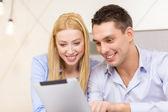 Casal com computador de tablet pc no quarto de hotel — Foto Stock