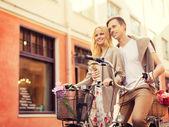 Casal com bicicletas na cidade — Foto Stock