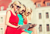 Beautiful girls toursits looking into tablet pc — Stockfoto