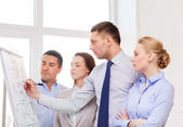 бизнес-команда обсуждают что-то в офисе — Стоковое фото