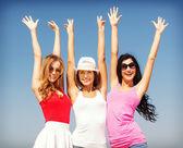группа девушек, охлаждение на пляже — Стоковое фото