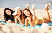 девушки загорают на пляже — Стоковое фото