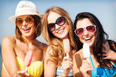 девушки в бикини с мороженым на пляже — Стоковое фото