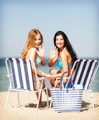 девушки загорают на пляже стулья — Стоковое фото