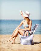 Dziewczyna opalając się na leżaku plaża — Zdjęcie stockowe