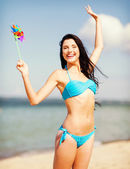 Dziewczyna z wiatraka zabawki na plażę — Zdjęcie stockowe