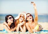 девочки, принимая самостоятельной фото на пляже — Стоковое фото