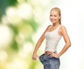 Sportowy kobieta wyświetlone duże spodnie — Zdjęcie stockowe
