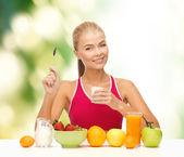 Młoda kobieta jedzenie zdrowe śniadanie — Zdjęcie stockowe