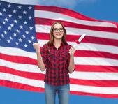 女性学生の卒業証書と眼鏡の笑みを浮かべてください。 — ストック写真