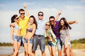 Группа друзей, весело на пляже — Стоковое фото