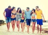 Grupp av vänner att ha kul på stranden — Stockfoto