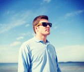 Man in sunglasses on the beach — Stock Photo