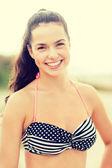 Meisje die zich voordeed op het strand — Stockfoto