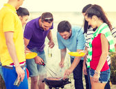 Group of friends having picnic on the beach — 图库照片
