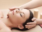 Piękna kobieta w salonie masażu — Zdjęcie stockowe