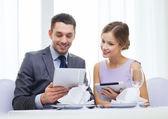 Paar mit Menüs auf Tablet-pc im restaurant — Stockfoto