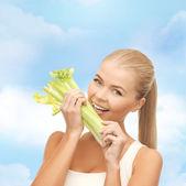 女人咬一块芹菜或绿色沙拉 — 图库照片