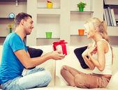 Glad romantiska par med gåva — Stockfoto