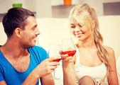 романтическая пара, пить вино — Стоковое фото