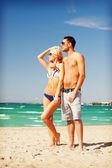 幸福的情侣在海滩上的太阳镜 — 图库照片