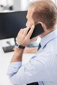商人在办公室中的智能手机 — 图库照片