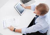 商人与 tablet pc 和文件在办公室 — 图库照片