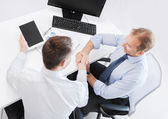 Empresarios saludando en oficina — Foto de Stock