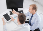бизнесмены с ноутбуков и планшетных пк — Стоковое фото