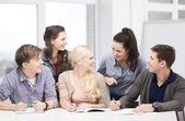 Estudiantes a discutir en la escuela — Foto de Stock