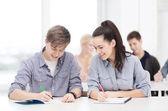 Twee tieners met laptops op school — Stockfoto