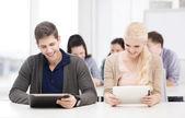 Studierende auf der suche auf tabletpc im vortrag in der schule — Stockfoto