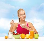 молодая женщина ест здоровый завтрак — Стоковое фото