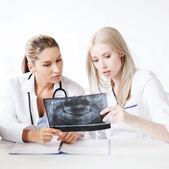 группа врачей, глядя на рентген — Стоковое фото