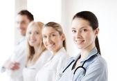Equipo joven o un grupo de médicos — Foto de Stock