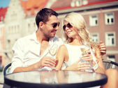 пара пить вино в кафе — Стоковое фото