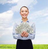 Dolar nakit para ile genç iş kadını — Stok fotoğraf