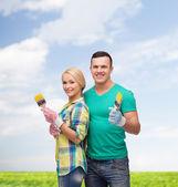 Gülen boya fırçası ile çift — Stok fotoğraf